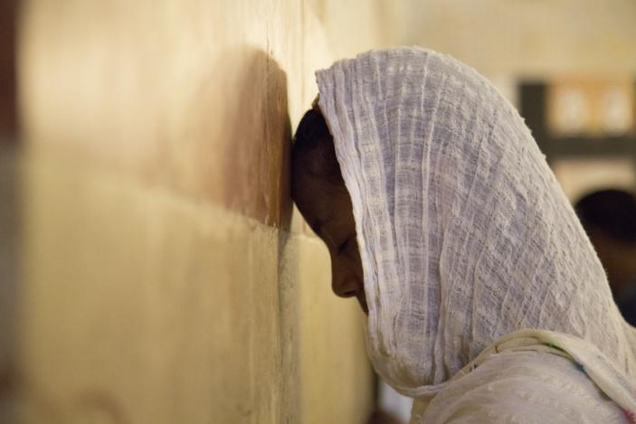 Musulmane en prière contre le cénotaphe de Rébecca dans la mosquée du caveau des Patriarches, Hébron, Palestine, 2014. (Photo : © MuCEM / IDEMEC / Manoël Pénicaud)