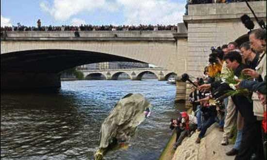 Un hommage à Brahim Bouarram, jeté à la Seine le 1er mai 1995.