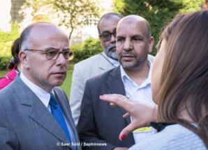 Après la rencontre-débat d'une heure et demie, les échanges entre musulmans lecteurs et auditeurs de huit médias et Bernard Cazeneuve se sont prolongés dans le jardin du ministère de l'Intérieur.