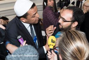 Pendant qu'il donnait une interview, Hassen Chalghoumi, de la mosquée de Drancy, a été pris à partie par Anas Saghrouni, président d'EMF, l'accusant d'être « une honte pour la communauté musulmane ». © Saphirnews