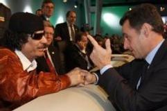 Nicolas Sarkozy et le colonel Muammar Kadhafi au sommet Union Européenne-Afrique à Lisbonne