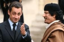 Nicolas Sarkozy reçoit Muammar Kadhafi sur le perron de l'Elysée