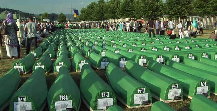Le 11 juillet 1995, Srebrenica tombe aux mains de l'armée serbe, qui perpétue en quelques jours le plus grand massacre que l'Europe ait connue depuis la Seconde Guerre mondiale. Plus de 8 000 personnes sont capturées et tuées. Cette photo est tirée du film « Les voix de Srebrenica », réalisé par Nedim Loncarevic et diffusé par la télévision bosniaque à l'occasion du 20e anniversaire du massacre de Srebrenica (Bosnie). (Photo : © 13 Productions / France 3)