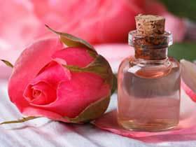 L'eau de rose a des bienfaits reconnus depuis l'Antiquité : elle donne un éclat immédiat, rafraîchit le teint et, anti-inflammatoire, elle soulage même des coups de soleil.