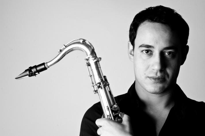Saxophoniste virtuose, Yacine Boulares sort Ajoyo, un premier album riche en couleurs.