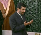 C'est la première participation officielle d'un président iranien au pèlerinage