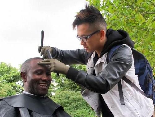 Un coiffeur aux petits soins des SDF de Paris (vidéo)