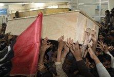 Le cercueil de Mme Bhutto transporté par des sympathisants