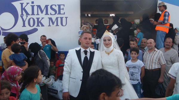 Un couple en Turquie a décidé de partager son repas de mariage avec 4 000 réfugiés syriens.