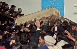 Le cercueil en bois de Benazir Bhutto sortant de l'hôpital jeudi 27 décembre