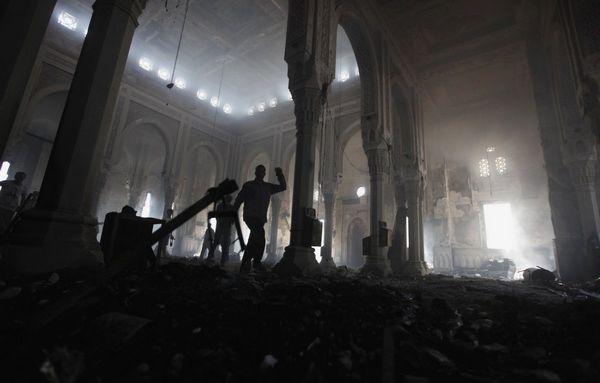 La mosquée Rabia Adawiya saccagée le 14 août 2013 par les forces de sécurité égyptiennes qui ont violemment réprimé les Frères musulmans sur ordre d'Abdel Fattah al-Sissi.