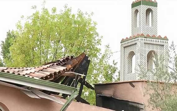 La mosquée d'Auch (Gers, en Midi-Pyérnées) a été dévastée par un incendie dans la nuit du samedi 22 au dimanche 23 août. (Photo : capture d'écran reportage iTELE, 23 août 2015)