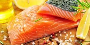 Peu présents dans notre alimentation, les oméga-3 sont pourtant essentiels à notre santé. On en trouve dans les poissons gras (le saumon, par exemple), dans certaines huiles végétales (noix, lin, colza…), dans les fruits à coque (noisettes, noix, amandes…).