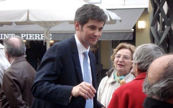 Le maire de Chalon-sur-Saône, Gilles Platret, refuse l'introduction de menus sans porc dans les cantines scolaires de sa ville lorsque du porc est servi aux enfants.