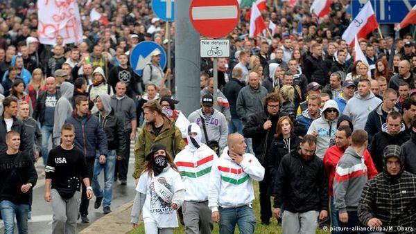 Des milliers de personnes ont manifesté dans les rues contre l'accueil des réfugiés, assimilés à des musulmans, samedi 12 septembre. En revanche, le même jour, plus de 100 000 personnes ont battu le pavé à Londres pour leur accueil.