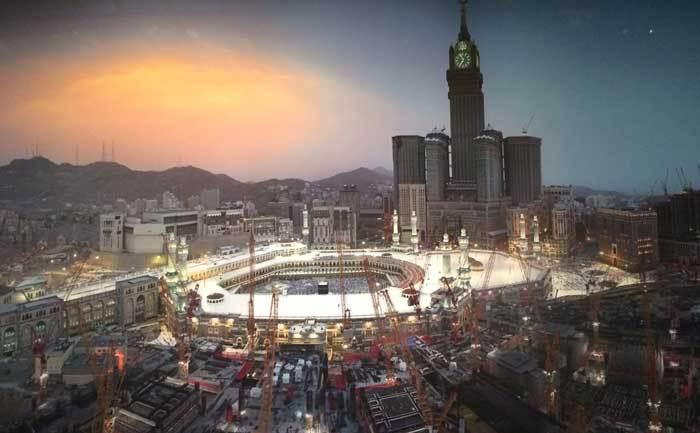 """Détail de l'œuvre """"Golden Hour"""", d'Ahmed  Mater (2011), artiste saoudien qui a réalisé une série photographique « Desert of Pharan » consacrée aux changements architecturaux et urbains de La Mecque. Achevées en 2012, les Abraj al-Bait Towers, un complexe de sept tours, ont été construites près du sanctuaire de La Mecque, sur l'emplacement de la forteresse d'Ajyad, un ancien fort de l'époque ottomane au XVIIIe siècle. (Photo : © Saphir Média)"""