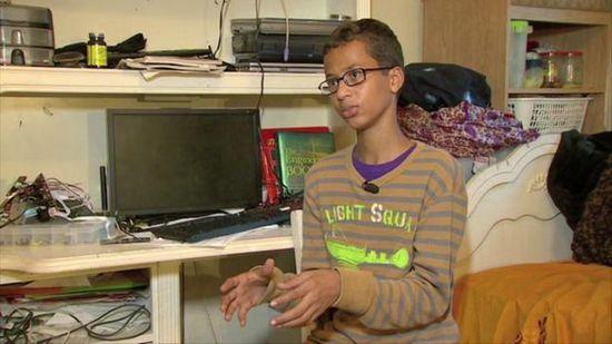 Ahmed Mohamed, 14 ans, a été arrêté par la police après avoir été signalé par le collège que l'ado avait une bombe sur lui, qui était en fait une horloge.