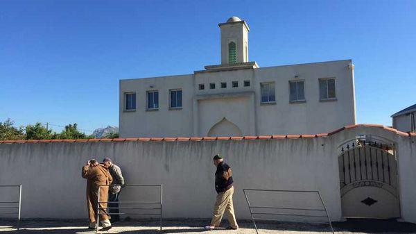Une tête de sanglier à l'entrée de la mosquée d'Aubagne