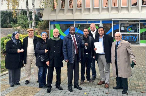 L'Association des musulmans de Mantes Sud (AMMS) après la signature de l'acte d'achat d'un bâtiment avec la communauté d'agglomération de Mantes en Yvelines le 29 octobre 2015.