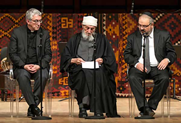 De g. à dr. : Mgr Bressan, archevêque de Trento, shaykh Abd al-Wahid Pallavicini, maître spirituel de la confrérie contemplative islamique Ahmadiyyah Idrîsiyyah Shâdhiliyyah et le rabbin Alfonso Arbib, grand rabbin de Milan. (photo : ©  IHEI)