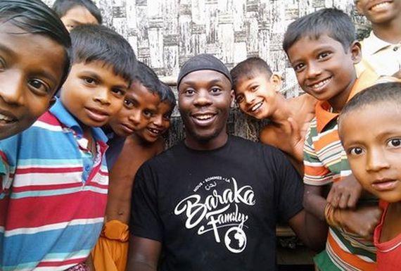 Moussa Ibn Yacoub, membre de BarakaCity, est emprisonné au Bengladesh depuis le 22 décembre. Ici, une de ses dernières photos prises aux côtés de jeunes Rohingyas.