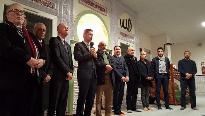 Un rassemblement de soutien a été organisé à la mosquée de Valence (Drôme) par son imam Abdallah Dliouah (tout à dr.) et le CRCM Rhônes-Alpes au lendemain de l'attaque contre des militaires chargés de la protection du lieu de culte, vendredi 1er janvier.