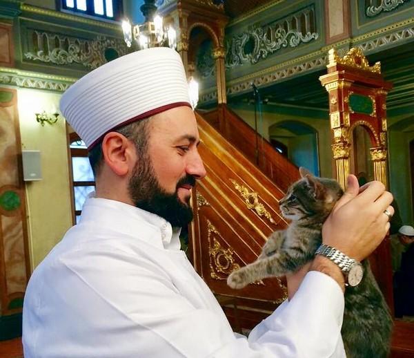 Mustafa Efe est imam de la mosquée Aziz Mahmut Hüdayi située à Istanbul.