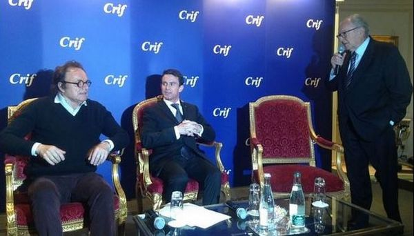 Le Premier ministre Manuel Valls chez Les Amis du CRIF aux côtés de Roger Cukierman (à dr.) et de l'animateur Guillaume Durand lors d'une rencontre organisée lundi 18 janvier.