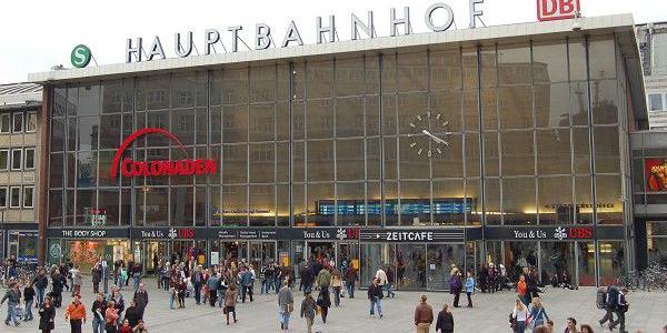 D'après les premiers témoignages, un millier d'hommes alcoolisés avaient déferlé autour de la cathédrale et la gare centrale de Cologne (ici en image) pour y agresser des femmes lors de la nuit du Nouvel an.