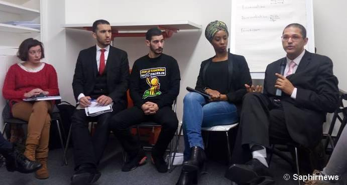 Cinq ans après sa création, Stop le Contrôle au faciès (SCAF) a publié son premier rapport le 1er mars 2016. De g. à dr.:  Salomé Linglet, du pôle juridique de SCAF, Yasser Louati, du Collectif contre l'islamophobie en France (CCIF), Nassim Lachelache, élu à Fontenay-sous-Bois, Laetitia Nonone, de Zonzon 93, et Rachid Chatri, de La Balle au Centre.