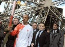 Stéphane Diagana portant la flamme olympique