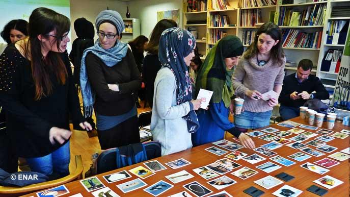 Le Réseau européen contre le racisme (ENAR) a mené une vaste enquête sur l'impact de l'islamophobie sur les femmes musulmanes dans huit pays européens. Les résultats de cette étude « Forgotten Women » seront rendus publics lors d'une conférence, le 26 mai 2016, à Bruxelles. Entre juin et décembre 2015, huit tables rondes ont rassemblé, dans chaque pays, des représentants et activistes d'associations antiracistes, féministes et des femmes musulmanes. Ici, les participants à la table ronde organisée en Belgique, en novembre 2015.