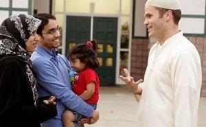 Dave en compagnie de Sadia et Shamael, le couple qui l'accueille