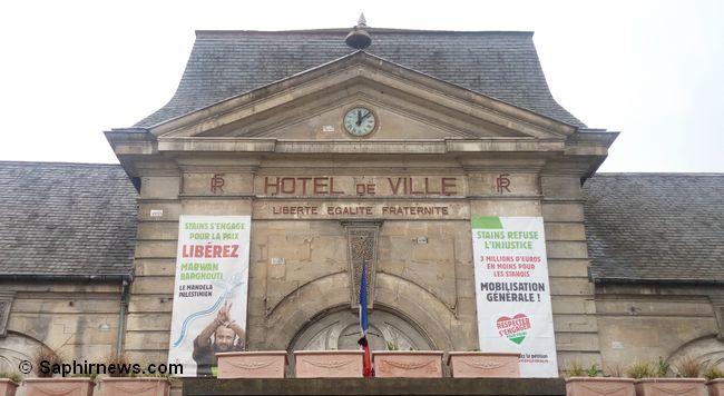 Sur le fronton de la mairie de Stains (Seine-Saint-Denis), le portrait de Marwan Barghouti demeure toujours en place malgré une décision judiciaire lundi 21 mars le poussant à retirer la banderole.