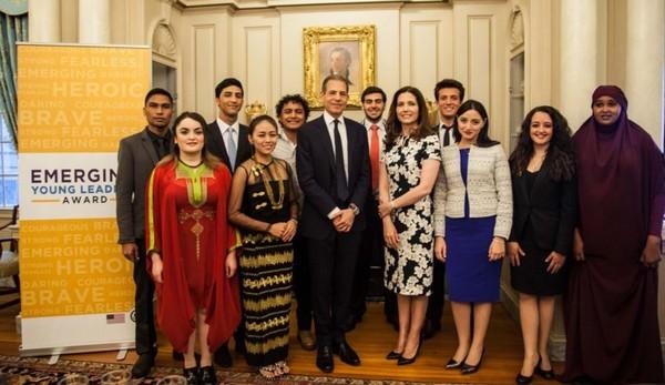 Le prix i[« Jeunes leaders émergents »]i 2016 a été remis à 10 jeunes venus du monde entier (ici à l'image) par le Département d'Etat. Parmi les lauréats, on retrouve Samuel Grzybowski, fondateur de Coexister.