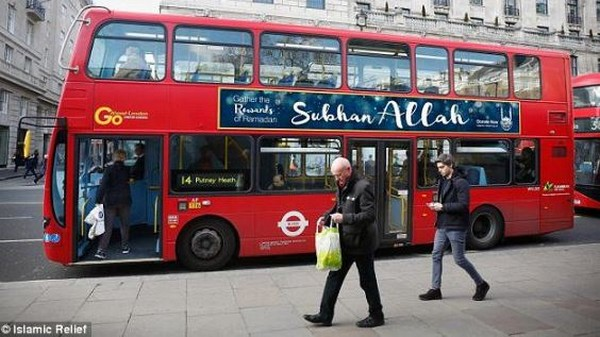 Une des affiches de la campagne publicitaire dans des bus de plusieurs villes britanniques initiée par l'ONG Islamic Relief pour Ramadan.