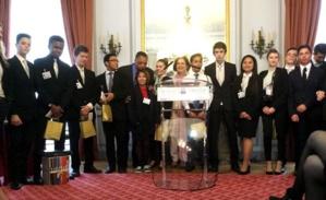 Jesse Jackson, Myriam Cottias et les élèves du lycée Guillaume Tirel à Paris, lauréat du concours La Flamme de l'Egalité.