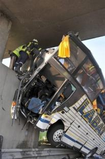 Opérations de secours autour du car accidenté sur l'A10, le 23 mai 2008 (AFP)