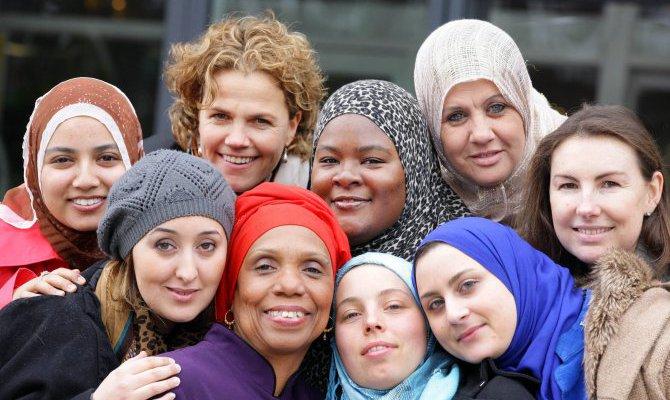 Entre racisme et sexisme, les femmes musulmanes paient le prix fort de l'islamophobie en Europe