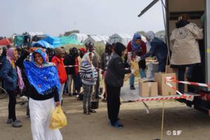 Le Secours islamique France distribue des colis alimentaires auprès des réfugiés à l'occasion du mois de Ramadan, à Calais.