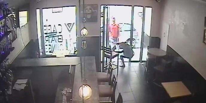 Image tirée de la vidéosurveillance du bar à Nice où un individu a giflé une serveuse qui servait de l'alcool pendant le ramadan.