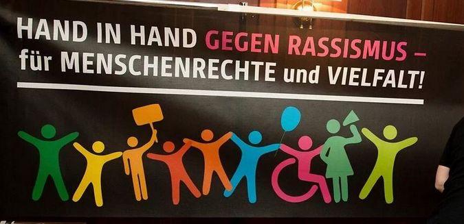 Derrière le slogan « Main dans la main contre le racisme - pour les droits de l'homme et la diversité », des dizaines de milliers de personnes ont manifesté à travers l'Allemagne à la veille de la Journée internationale des réfugiés le 20 juin.