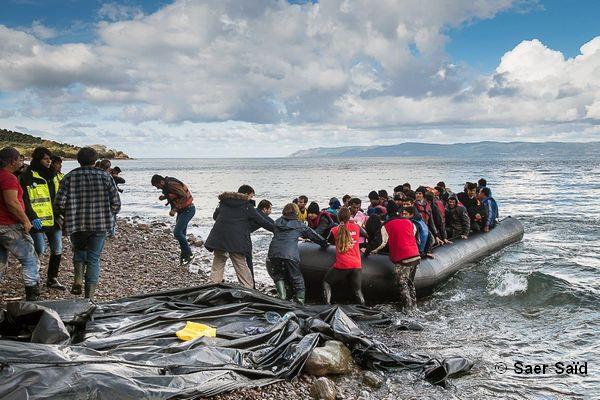 Les réfugiés sont pris en charge par les humanitaires dès leurs arrivée. Lesbos (Grèce), octobre 2015. © Saer Saïd