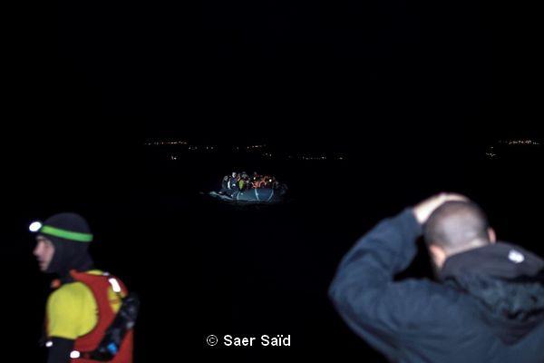 Arrivée d'un bateau pneumatique de nuit avec plus de 40 personnes. Lesbos (Grèce), octobre 2015. © Saer Saïd