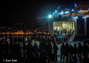 Embarquement sur un ferry pour le continent. Du port de Mytilène vers celui du Pirée, Athènes. Lesbos (Grèce), octobre 2015.