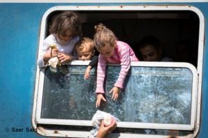 Des enfants essayent difficilement de récupérer des colis alimentaires distribués par les humanitaires. Zakany (Hongrie), octobre 2015.