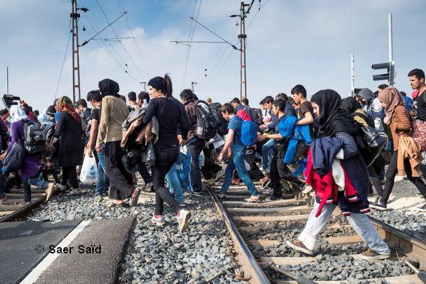 Trois kilomètres de marche pour rejoindre la frontière autrichienne. Hegyeshalom (Hongrie), octobre 2015. © Saer Saïd