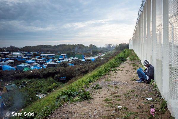 Des journées de solitude à penser à sa famille restée au pays et à rêver de la Grande-Bretagne. Calais, novembre 2015. © Saer Saïd