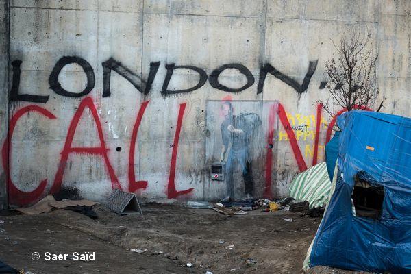 Un dessin signé de l'artiste Banksy qui rappelle que Steve Jobs était le fils d'un migrant syrien. Calais, novembre 2015. © Saer Saïd