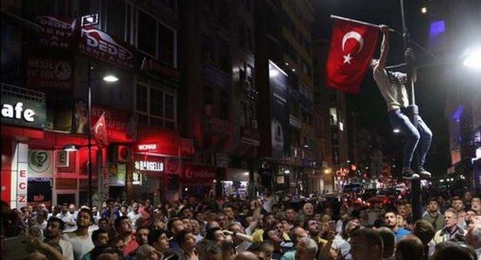 Des milliers de personnes sont descendues dans les rues de plusieurs villes turques comme ici, à Istanbul, à l'appel du président turc Erdogan pour s'opposer un coup de force de l'armée dans la nuit du vendredi 15 au samedi 16 juillet.